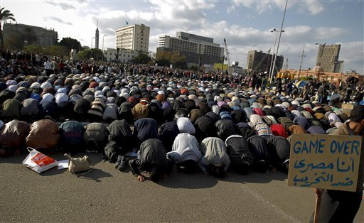 Egtptian prayind in Tahrir square